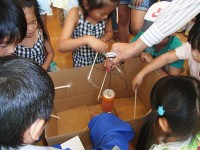 ペットボトルからポリエステル綿を取り出す実験